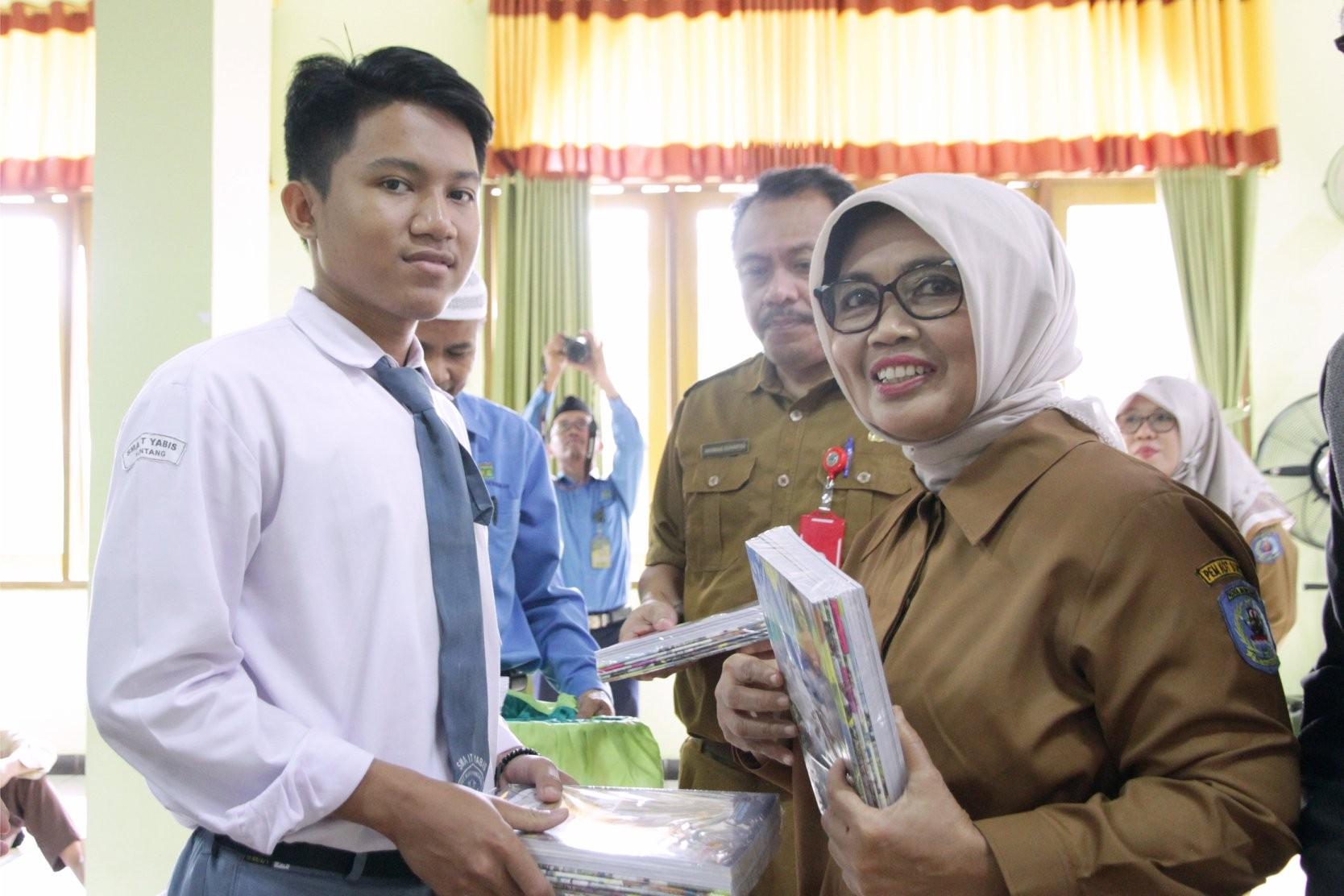 Walikota Bontang dan Rombongan Turun Langsung Bagikan 2000 Paket Perlengkapan Sekolah di YABIS