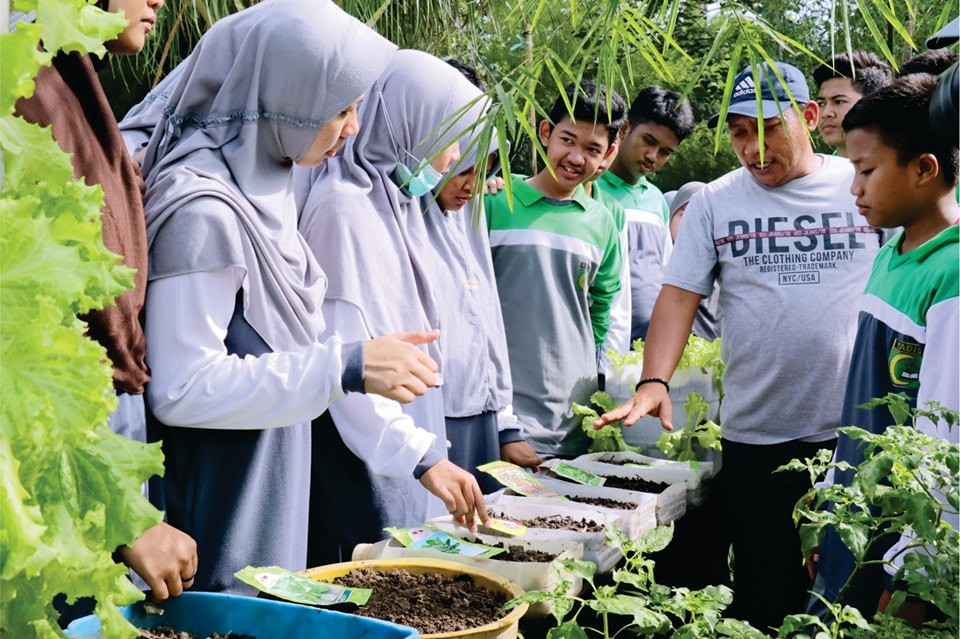 80 Siswa Kelas 10 SMA IT Yabis Berguru Hidroponik ke Kampung Masdarling